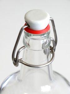 eine trinkflasche aus glas